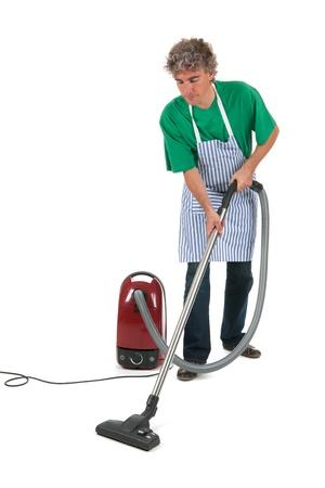 Mann arbeitet im Haus mit Staubsauger