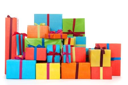 白い背景の上に分離された高級リボンと多くのカラフルなプレゼント
