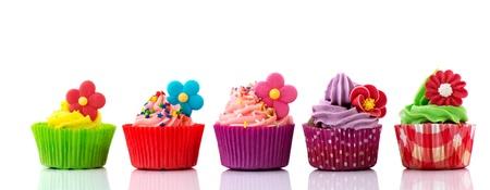 行 buttercream 花と紙吹雪のカラフルなカップケーキ 写真素材