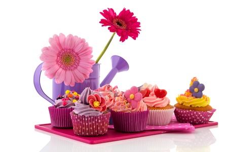 Rij kleurrijke cupcakes met buttercream bloemen en confetti
