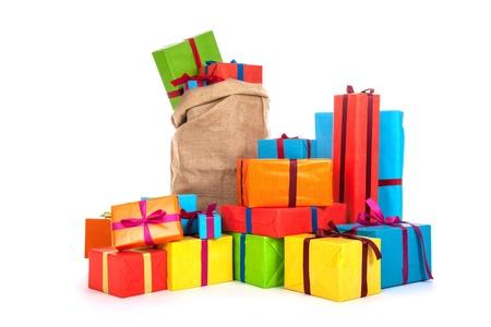 白い背景に分離された高級リボンで多くのカラフルなプレゼント