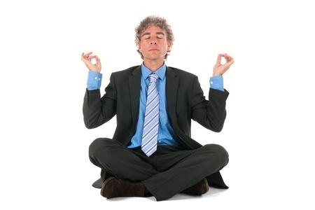 calm down: uomo di affari che si siede sul pavimento in meditazione Archivio Fotografico