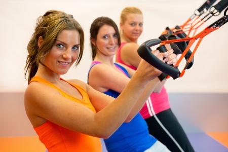 Meisjes doen schorsing opleiding in de sportclub