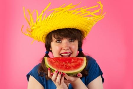 tailes: Giovane ragazza � felice di mangiare melone d'acqua dolce Archivio Fotografico