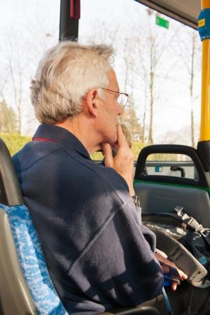 高齢男性がバスを旅します。