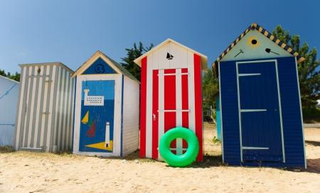 hilera: Chozas coloridas de la playa en la playa de Saint-Denis d'Ol�ron Isla de Francia