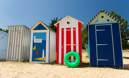 row houses: Spiaggia capanne colorate sulla spiaggia di Saint-Denis d'Oleron isola in Francia