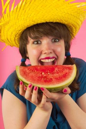 tailes: Giovane ragazza ? felice di mangiare melone d'acqua dolce