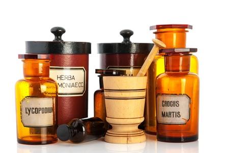 apotheek potten met ingrediënten voor medicijnen die over witte achtergrond Stockfoto
