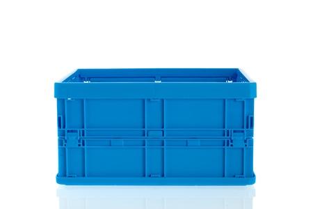 Leere blaue Plastikkiste auf weißem Hintergrund isoliert