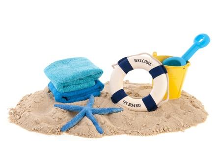 Zand op het strand met handdoeken en speelgoed