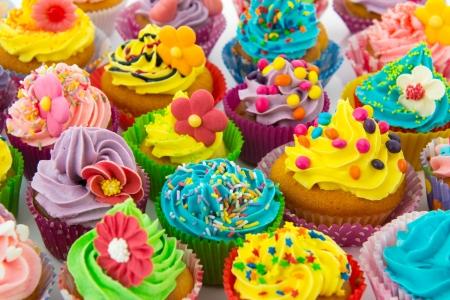 花とバター クリームの多くの甘い誕生日カップケーキ