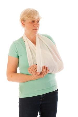 Oude vrouw met een gebroken pols in blauw gips geïsoleerd over witte achtergrond
