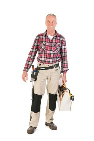 Älterer Mann, der als Arbeiter tragen hölzerne Toolkit