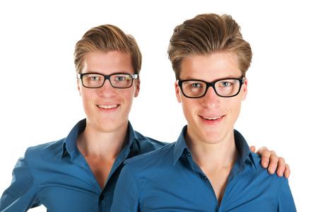 스튜디오에서 동일하게 성인 남성 쌍둥이