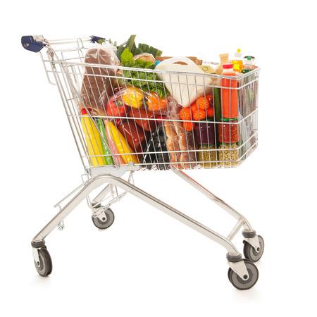 full: Cesta de la compra lleno de productos comestibles l�cteos aislados sobre fondo blanco