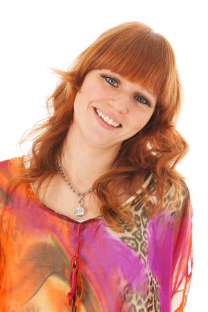 red haired girl: Ritratto di una bella ragazza dai capelli rossi con camicia colorata sorridente allegro