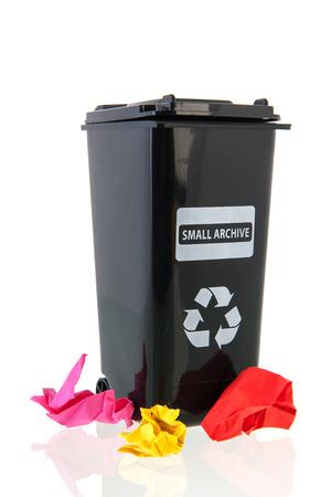 zwarte vuilnis container voor papieren documenten voor recycling