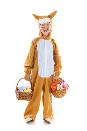 Niño vestido como liebre de Pascua con los huevos de la cesta y flores aisladas sobre fondo blanco Foto de archivo - 25627946