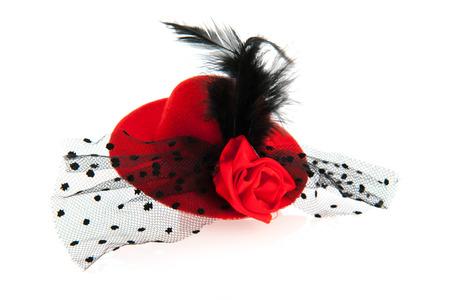 Red Hat cru femelle avec plumes noires
