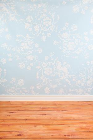 Chambre avec papier peint vintage bleu et plancher en bois Banque d'images - 25877659
