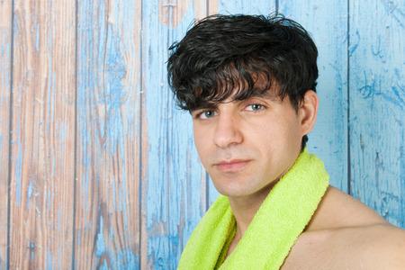 sauna nackt: Portrait jungen sch�nen Mann vor Holz blue vintage Hintergrund