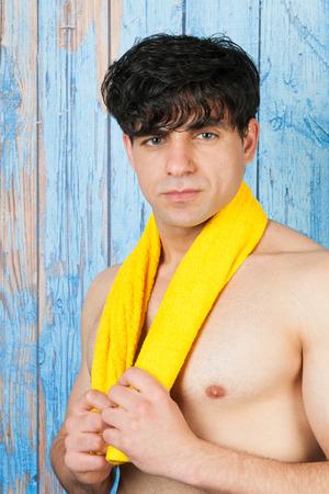 sauna nackt: Portrait jungen sch�nen Mann vor Holz blauen Vintage-Hintergrund Lizenzfreie Bilder