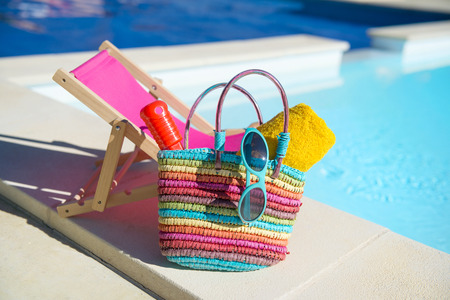 insolación: Vacaciones con silla y toallas en la piscina