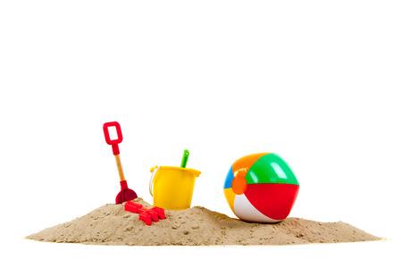 Speelgoed op het strand geïsoleerd over witte achtergrond
