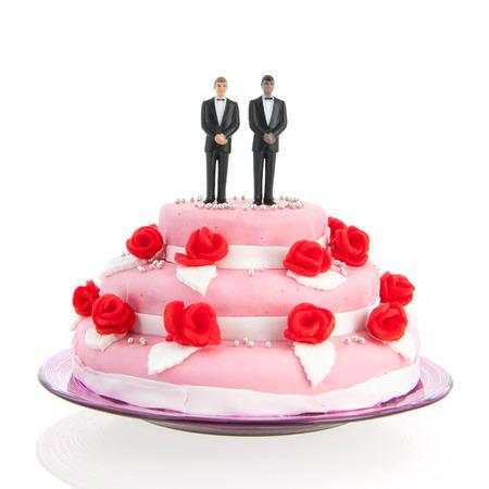 cakes background: pareja gay mixto en la parte superior de la torta de la boda rosa con rosas rojas aisladas sobre fondo blanco Foto de archivo