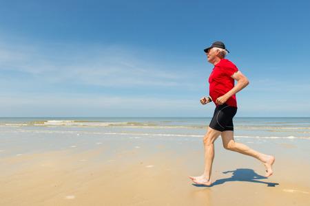 red man: Hombre mayor que se ejecuta en la playa