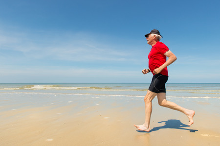 uomo rosso: Senior uomo in esecuzione sulla spiaggia