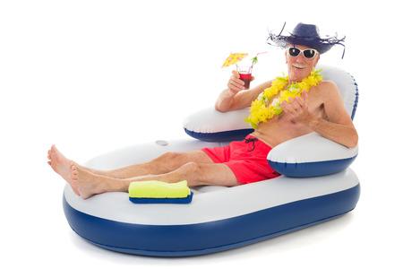 スイミング プールの椅子で浮きながらリラックスした年配の男性
