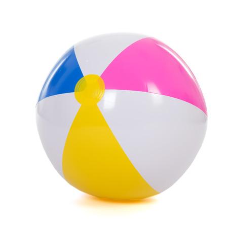 kleurrijke opblaasbare strandbal die op een witte achtergrond Stockfoto