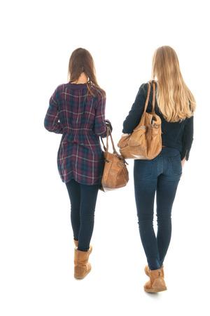 school meisjes lopen op school met zware schooltassen