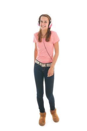 Muchacha adolescente escuchando música con auriculares aislados sobre fondo blanco