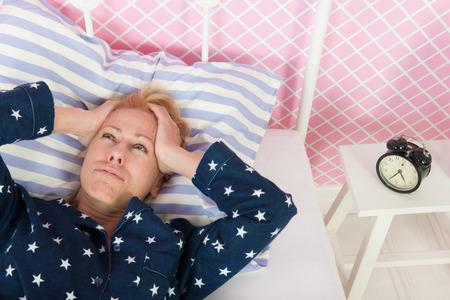 Blonde Frau des reifen Alters mit Schlafstörungen Lizenzfreie Bilder