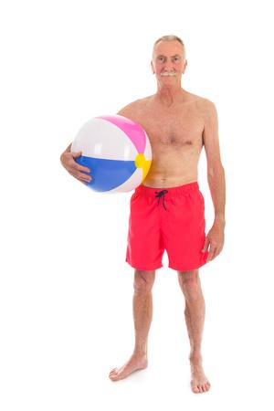 juguetes antiguos: Hombre jubilado con pelota de playa de vacaciones aislados sobre fondo blanco