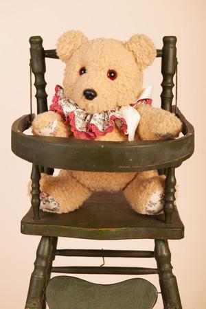 enfant banc: Auto farcies fait ours assis dans le si�ge de l'enfant