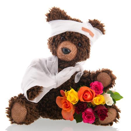"""osos de peluche: Rellena hecha a mano mal peluche con yeso y flores para """"Que te mejores pronto"""" aislado m�s de fondo blanco Foto de archivo"""