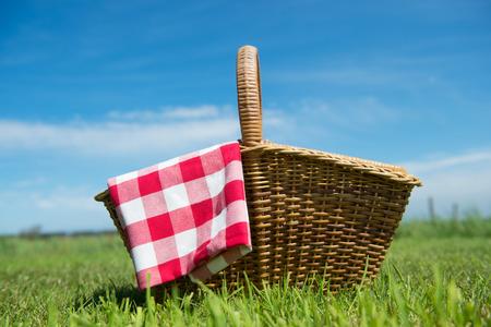 Picnic basket in grass outdoor Standard-Bild