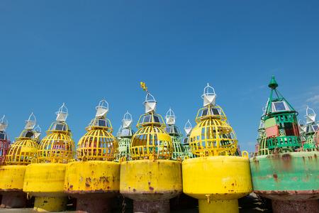 boyas: Boyas coloridas para la navegaci�n en el mar