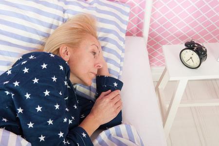 不眠症と成熟した年齢の金髪女性