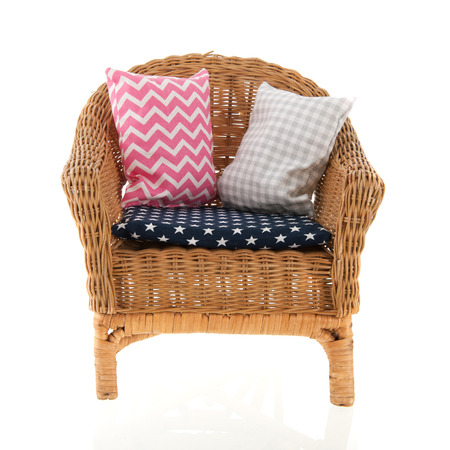 confortable: Wicker chair with colorful pillows