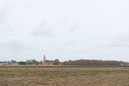 groningen: Nederlandse landschap in Groningen met dorp Onstwedde