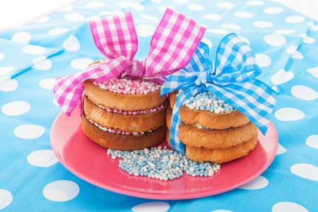 galletas: Tradición holandesa con los ratones de color rosa en la galleta mientras que el bebé nace aislado más de fondo blanco Foto de archivo