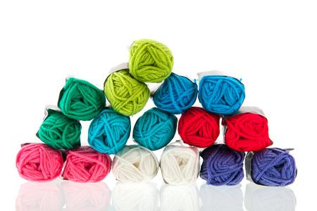 gomitoli di lana: Molti gomitoli di lana colorata isolato su sfondo bianco