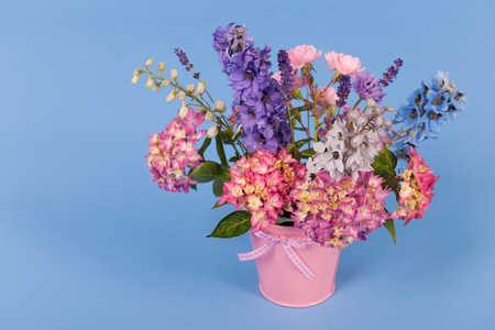 garden cornflowers: Mixed bouquet flowers in colorful vase on colorful background