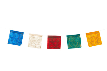 drapeaux colorés bouddhisme isolés sur fond blanc