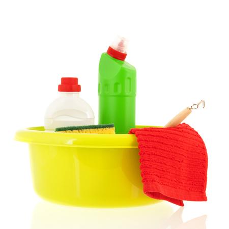 Gele plastic emmer met reinigingsvloeistoffen en borstels